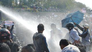 سيارة شرطة تطلق خراطيم المياه في محاولة لتفريق المتظاهرين خلال مظاهرة ضد الانقلاب العسكري في نايبيداو