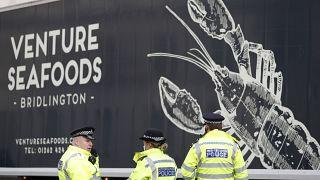 عناصر من الشرطة البريطانية يتفقدون شاحنة تصدير المحار/ لندن- الاثنين 18 يناير 2021