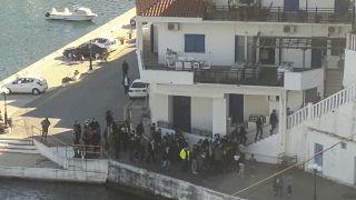 رئيس الوزراء اليوناني كيرياكوس ميتسوتاكيس مع آخرين  لتناول طعام الغداء في منزل في جزر إيكاريا