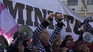 شاهد: العشرات يتظاهرون ضد نتنياهو تزامنا مع محاكمته في القدس بتهم فساد