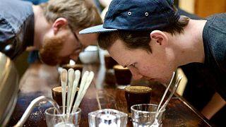 A baristák a kávébabot és a főzetet is szagolják kóstolás előtt (illusztráció)