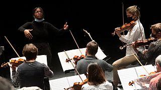 La cheffe d'orchestre vénézuélienne Glass Marcano dirige l'orchestre philharmonique de Tours, en France, le 5 février 2021