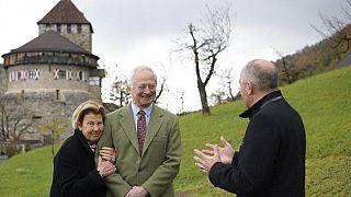 II. János Ádám herceg feleségével, liechtensteini Mária hercegnővel- aranylakodalmukra egy fát kaptak a kormánytól