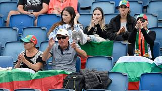 Des supporteurs de la joueuse bulgare Tsvetana Pironkova la soutenant lors de son premier de l'Open d'Australie de tennis, le 8 février à Melbourne.