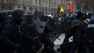 """اعتقلت شرطة مكافحة الشغب الفرنسية رجلاً خلال مظاهرة ضد مشروع قانون """"الأمن الشامل"""" في باريس - 30 كانون الثاني /  يناير 2021"""