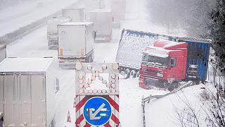 Unfälle, kein Unterricht, keine Impfungen: Winterwetter behindert Alltag in weiten Teilen Europas