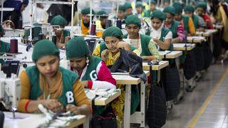 Photo d'archive du 19 avril 2018, des stagiaires travaillent dans l'usine de vêtements Snowtex à Dhamrai, près de Dhaka, au Bangladesh