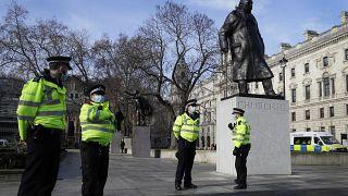 عناصر للشرطة البريطانية خلال دوريتهم قرب تمثال ونستون تشرشل في لندن. 2021/01/23