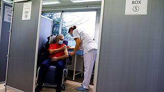 En Europe, la vaccination se poursuit, alors que les variants progressent