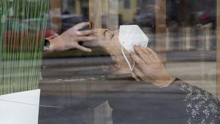 Image d'illustration du 8 février 2021. Une femme portant un masque se fait coiffer à Vienne, Autriche