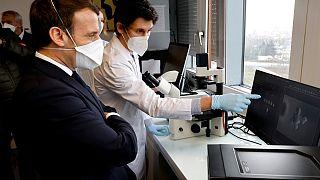 الرئيس الفرنسي إيمانويل ماكرون يزور مركزا إقليميا لمكافحة السرطان. فيلجويف. 2021/02/04