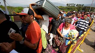 Migrantes venezolanos cruzan el puente Simón Bolivar hacia Colombia