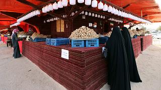 نساء كويتيات في سوق بالعاصمة الكويت