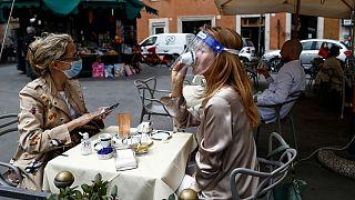 مشتریان یک کافه در شهر رُم، پایتخت ایتالیا، در حال نوشیدن قهوه