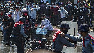 Myanmar'da polis, darbe karşıtı protestoculara plastik mermiyle müdahale etti