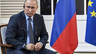الرئيس الروسي فلاديمير بوتين يستمع إلى سؤال في بورم ليس ميموزاس، جنوب فرنسا.