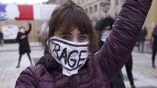 اعتراض زنان در برابر کاخ دادگستری پاریس