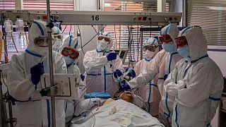 مريض مصاب بكوفيد-19 في إحدى وحدات العناية المركزة في مستشفى قرب مدريد.