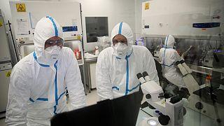 فنيون في مختبر فالنيفا في سان هربلين غربي فرنسا. 2021/02/03