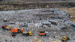 شاحنات القمامة تفرغ القمامة في مكب النفايات فولوفيتشي بالقرب من كولومنا، روسيا.
