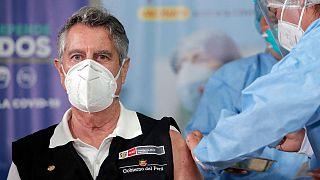 El presidente Francisco Sagasti recibe la vacuna