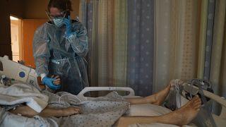 مريض بكورونا في أحد المستشفيات