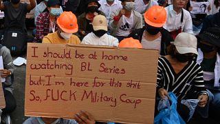 متظاهر يحمل لافتة أثناء مشاركته في مظاهرة ضد الانقلاب العسكري في يانغون في 10  شباط / فبراير 2021.