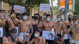 أعضاء نادي رياضة كمال الأجسام في يانغون في مسيرة احتجاجية دعما لزعيمة البلاد