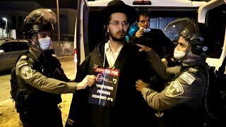 مواجهات بين يهود أرثوذكس متشددين يتظاهرون ضد إجراءات كوفيد وعناصر الأمن