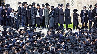 İsrail'deki Ortodoks Yahudilerin pandemi kısıtlamalarına uymaması büyük tepki topluyor.