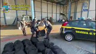 Gioia Tauro port, Guardia di Finanza seizing cocaine
