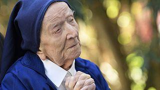 Η τυφλή μοναχή που νίκησε τον κορονοϊό στα 117