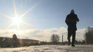 مهاجرون يعيشون جحيم الثلوج في مخيم كاليه - شمال فرنسا