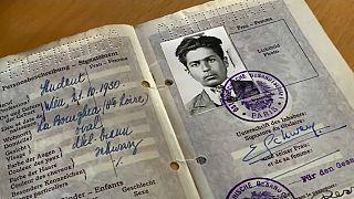 Ein Ausweis des verstorbenen Erich Schwam, der einem Dorf seine Millionen vermachte