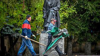 عاملان روسيان في موسكو
