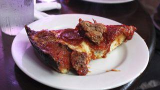 Ein Stück typischer deep-dish Pizza Chicago style. Es gibt natürlich auch flachere und andere Varianten
