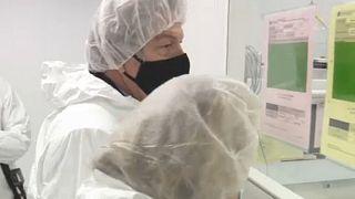 Der Chef der neuen EU-Impf-Task-Force, Thierry Breton, beim Besuch eines AstraZeneca-Zulieferers