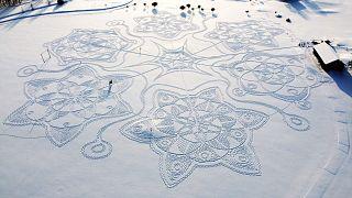 رسم هندسي ضخم يتكون من آلاف الخطوات في الثلج بالقرب من العاصمة هلسنكي- فنلندا.