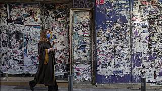 Frau in Athen - dort jetzt wieder harter Lockdown