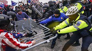 Des insurgés pro-Donald Trump tentant de pénétrer dans le Capitole le 6 janvier 2021.