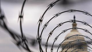 Arame farpado nas barreiras de acesso ao Capitólio, em Washington, nos EUA