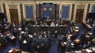Сенаторы в перерыве обсуждают новости судебного процесса