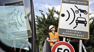 لوحة مرورية تحذر من وجود كاميرات مراقبة على الطريق