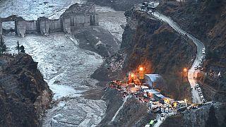 Mentés egy gleccseromlás után a Himalája oldalában, az indiai Uttarakhand államban