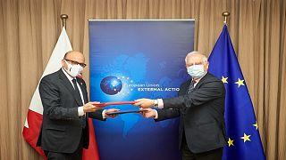جوزيب بوريل، الممثل الأعلى  للاتحاد الأوروبي للشؤون الخارجية والسياسة الأمنية وعبداللطيف بن راشد الزياني، وزير الخارجية البحريني./بروكسل 10 فبراير 2021