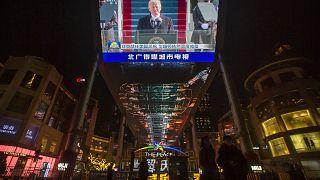 شاشة تُظهر تنصيب الرئيس جو بايدن في مركز تسوق في بكين