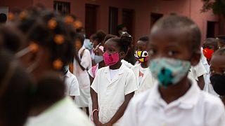 Alunos reúnem-se no pátio de uma escola no regresso às aulas em Luanda