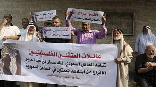 صورة من الارشيف- أهالي فلسطينيين معتقلين في سجون السعودية يطالبون باطلاق سراحهم خلال مظاهرة أمام لجنة الصليب الاحمر في غزة