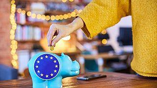 Eurostat'ın son tahminlerine göre 2020 yılında yüzde 6,8 daralan Euro Bölgesi ekonomisi 2021 ve 2022'de yüzde 3,8 oranında büyüyecek