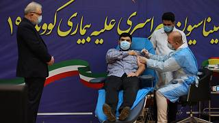 تطعيم شخص في إيران